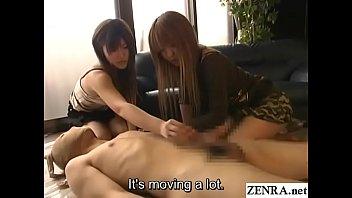Поебушка перед камерой покрутила голым задом и занялась мастурбацией