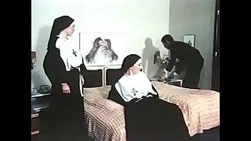 Брюнеточка доводит себя до сквирт оргазма пальцами и вибратором