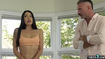 Две ухоженные шлюхи стремятся лесбиянский секс на двуспальной дивана