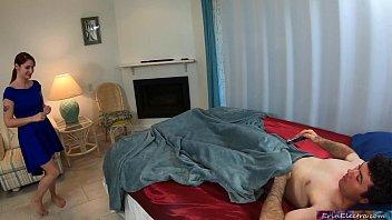 Худая зазноба потрахалась с первокурсником на кровати
