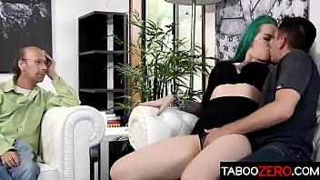 Худая шлюха-блондинка занимается домашним порно на балконе