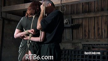 Мужик лижет ее попочку и входит в нее членом