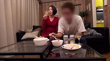 Мужчина увидел брюнетку на кухне обнаженной и устроил отличный секс