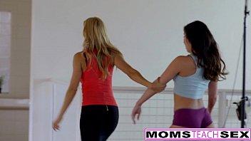 Три подружки развлекаются лесбийским трахом после совместного отдыха