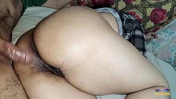 Коротко стриженная подружка с веснушками облизывает пенис