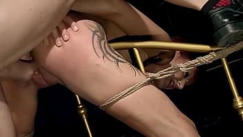 Красивенькая зрелая брюнетка разбудила кабеля и развлеклась с его концом
