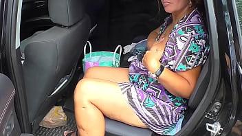 Мамочка в мини трусы позирует перед камерой и крутит сочной задницей