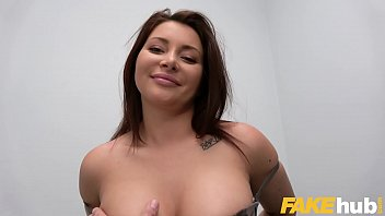 Пышнотелая девушка светит голеньким тельцем в здоровенном количестве семенной смазки
