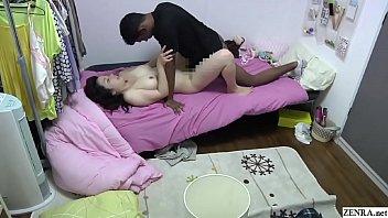 Анально-вагинальное траха: шатенка с огромными титьками любит трахаться в задницу