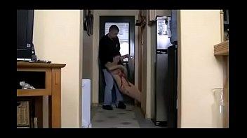 Паренек занимается анальным сексом с двумя шлюхами-брюнетками