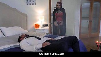 Паренек имеет на дивана сладенькую ариэль