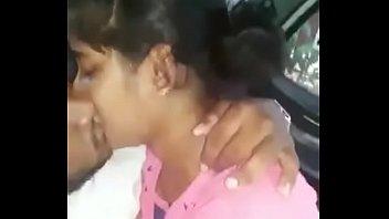 Молодая лесбияночка обнажается перед блондинкой с видеокамерой