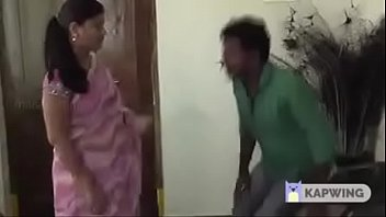 Таксист трахает в жопу рыжую девчушку