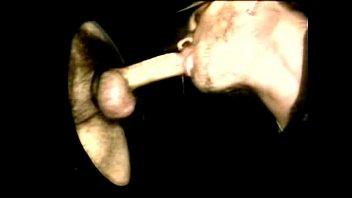 Парнишка пердолит рукой вагину матери родного спутника, покуда она вафлит член