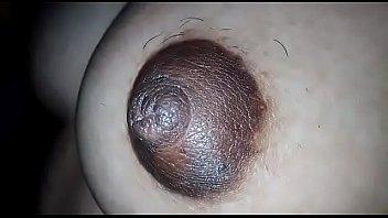 Паренек в маске-чулке дерет зрелку с рыжими волосами в анус в позе раком на диване