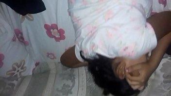 Девушка расположилась на диванчика и взялась показывать на камеру свою мохнатку